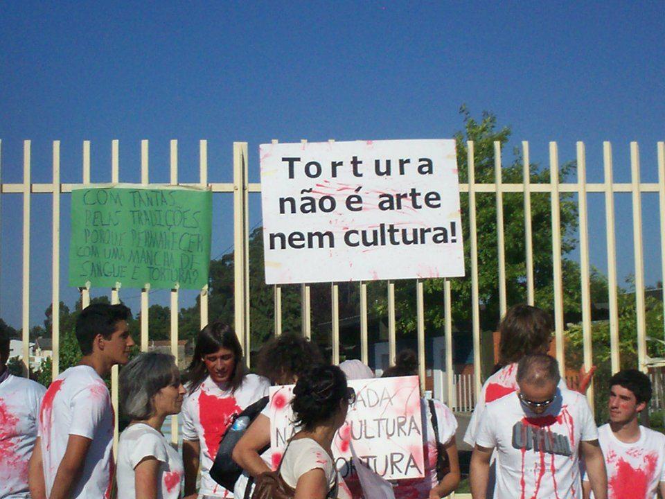 Manifestação anti-touradas organizada por jovens dos 17 aos 24 anos em Trofa
