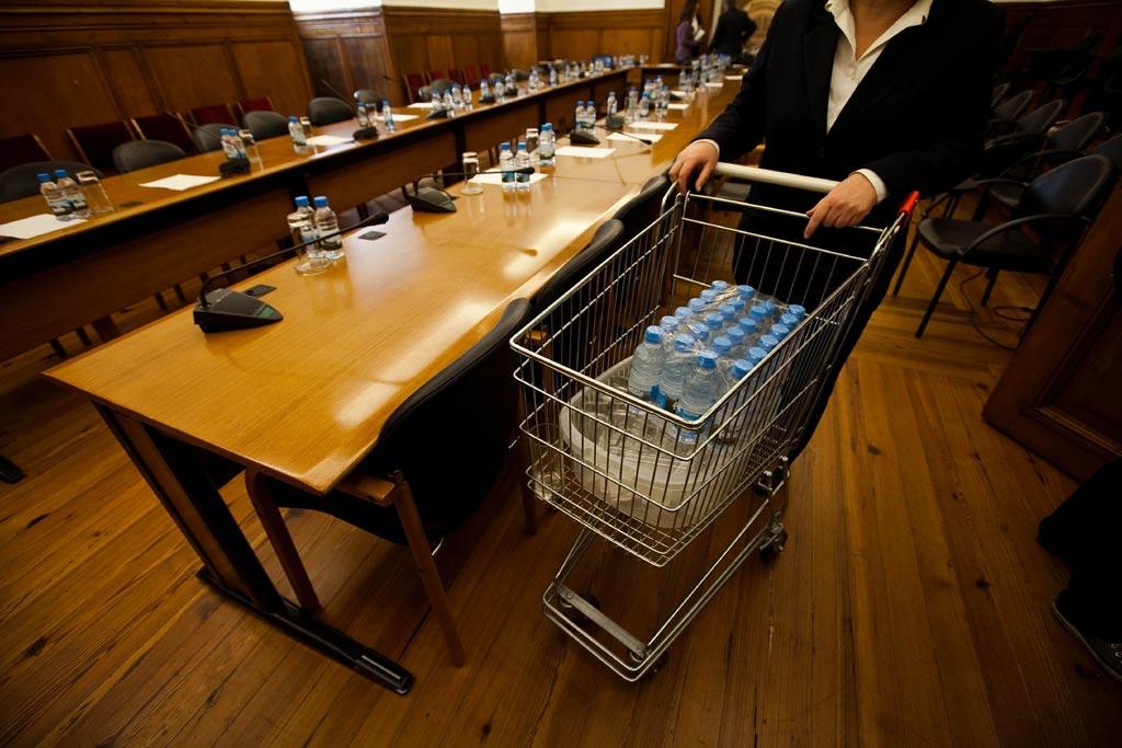 Assembleia da República gasta praticamente 30 euros por dia só em água engarrafada