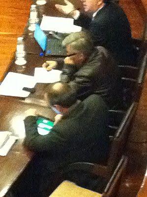 Vereador do Desporto de Matosinhos joga solitário no iPad em Assembleia Municipal
